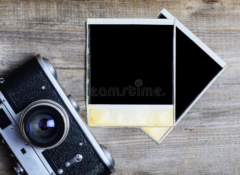 Caméra de cru avec la vieille photographie vide sur le fond en bois - concept de photographie images stock