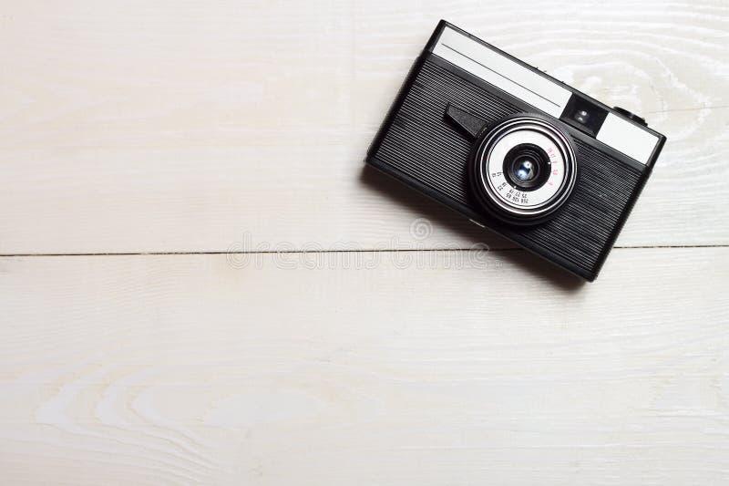 Caméra de film classique sur fond de bois image libre de droits
