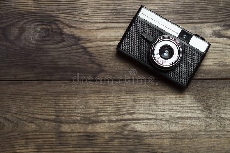 Caméra de film classique sur fond de bois photo libre de droits