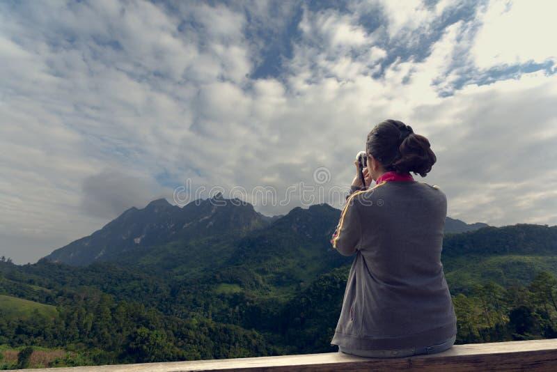 Caméra de participation de femme à prendre la photographie photo libre de droits
