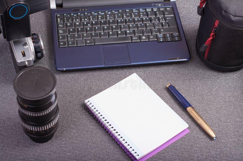 Caméra de photo de cru à côté d'un ordinateur portable un comprimé et un smartphone image libre de droits