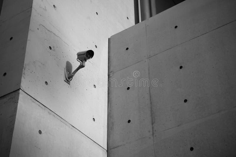Caméra de sécurité de surveillance avec le mur en béton photos stock