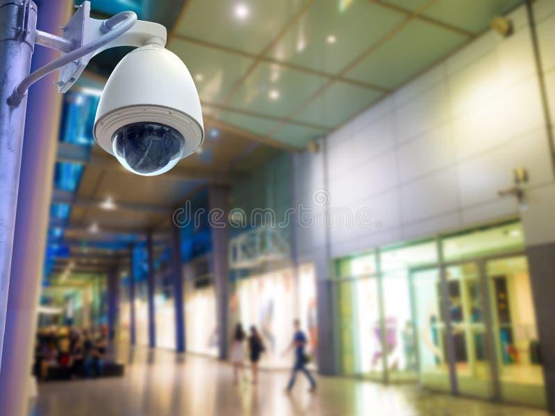 Caméra de sécurité de surveillance ou télévision en circuit fermé dans le centre commercial images stock