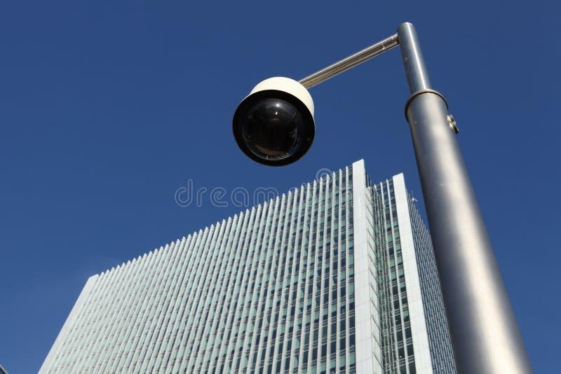 Caméra de sécurité de télévision en circuit fermé près de la construction de gratte-ciel