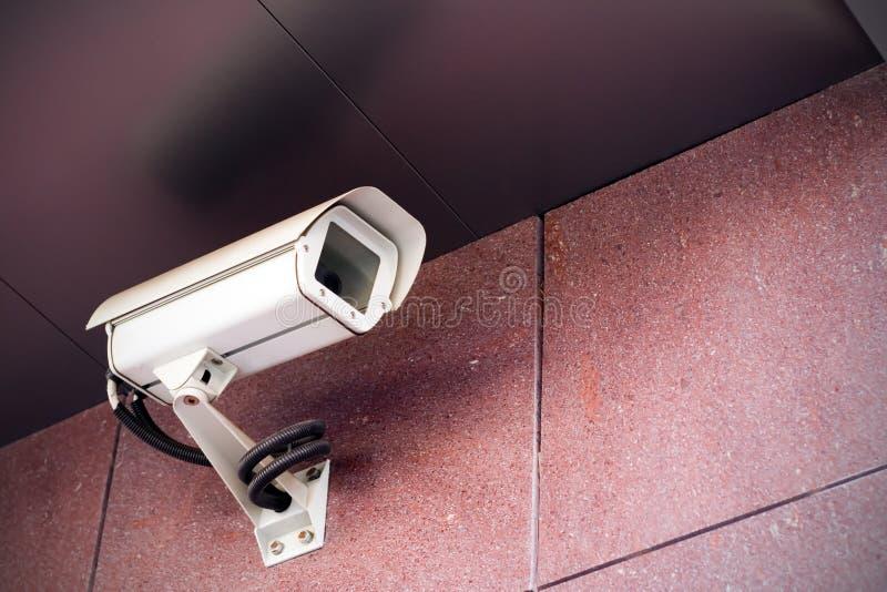 Caméra de sécurité sur l'immeuble de bureaux image libre de droits