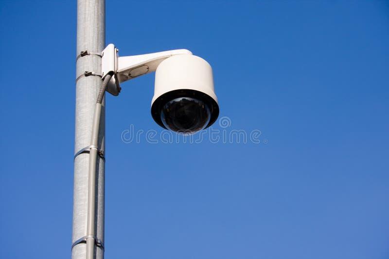 Caméra de sécurité sur le poteau images stock