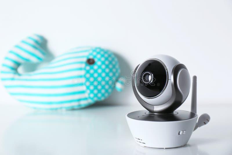 Caméra de sécurité de télévision en circuit fermé et baleine modernes de jouet sur la table sur le fond blanc photos stock