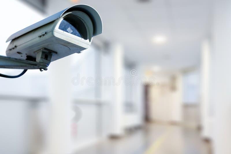 Caméra de sécurité de télévision en circuit fermé fonctionnant dans l'hôpital photo libre de droits