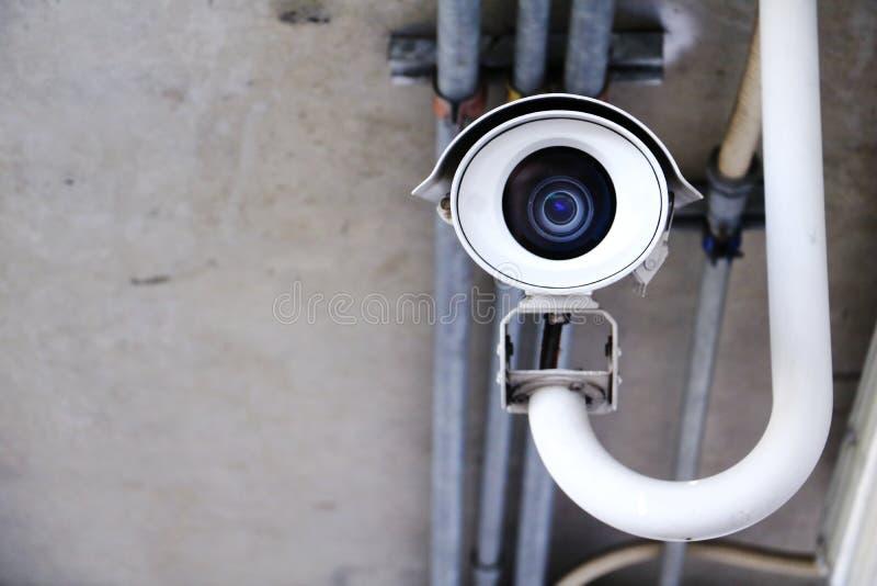 Caméra de sécurité de télévision en circuit fermé fonctionnant dans la maison photographie stock