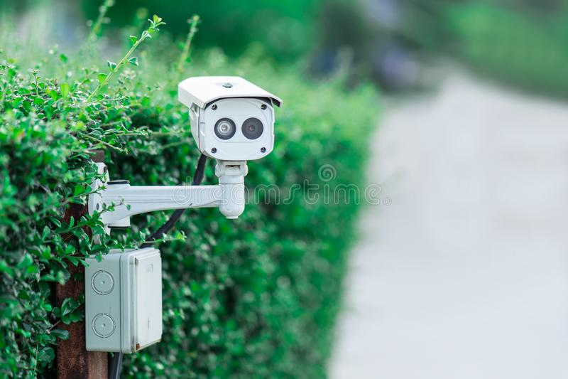 Caméra de sécurité de télévision en circuit fermé en parking au jardin images stock