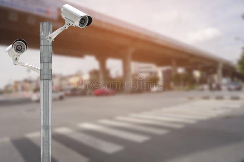 Caméra de sécurité de télévision en circuit fermé sur la route du trafic et la scène urbaine photographie stock