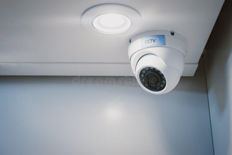 Caméra de sécurité de télévision en circuit fermé sur le mur dans le siège social pour la surveillance surveillant le système de  image libre de droits