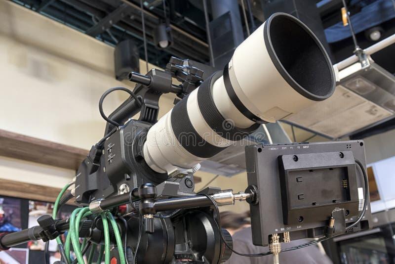 Caméra de télévision dans un studio photo libre de droits