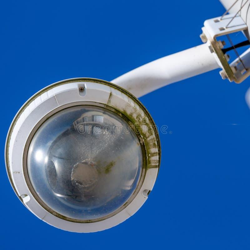 Caméra de vidéosurveillance en bord de mer bleu ciel pour la sécurité des touristes photo stock