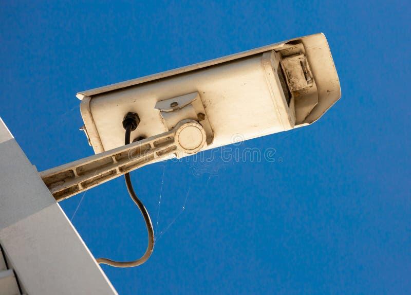 Caméra de vidéosurveillance moderne sur le mur d'un bâtiment industriel images stock