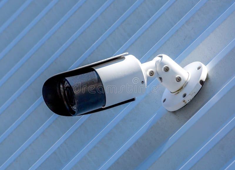 Caméra de vidéosurveillance moderne sur le mur d'un bâtiment industriel photos libres de droits
