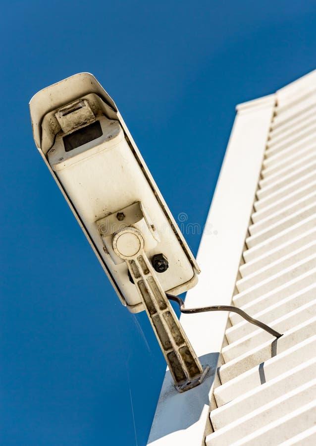Caméra moderne de télévision en circuit fermé sur le mur d'un bâtiment industriel photographie stock libre de droits