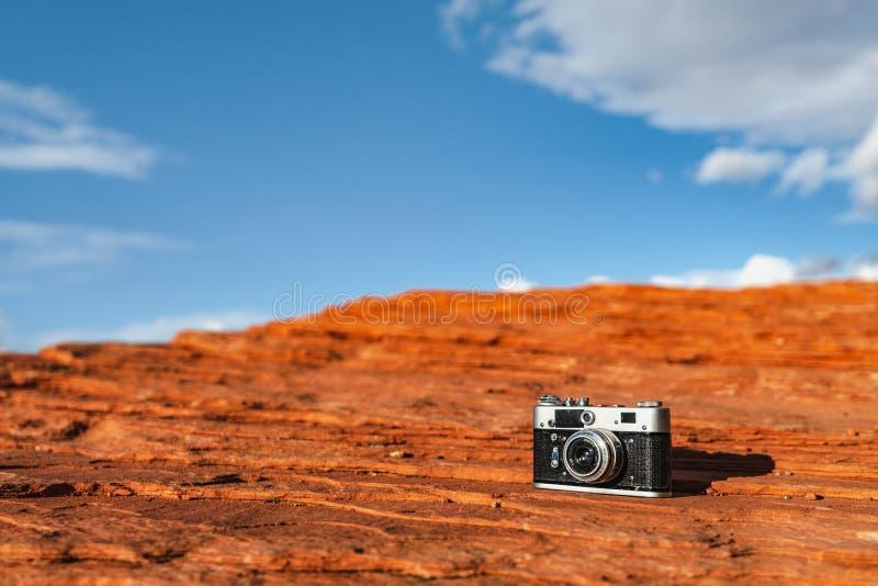 Caméra rétro sur un rocher photo libre de droits