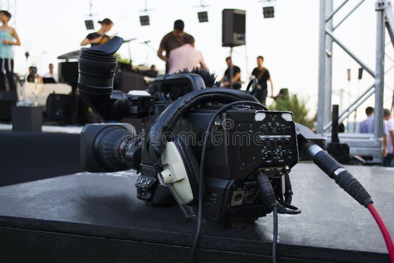 Caméra vidéo digitale professionnelle accessoires pour les caméras vidéo 4k Caméra de télévision dans une salle de concert image libre de droits