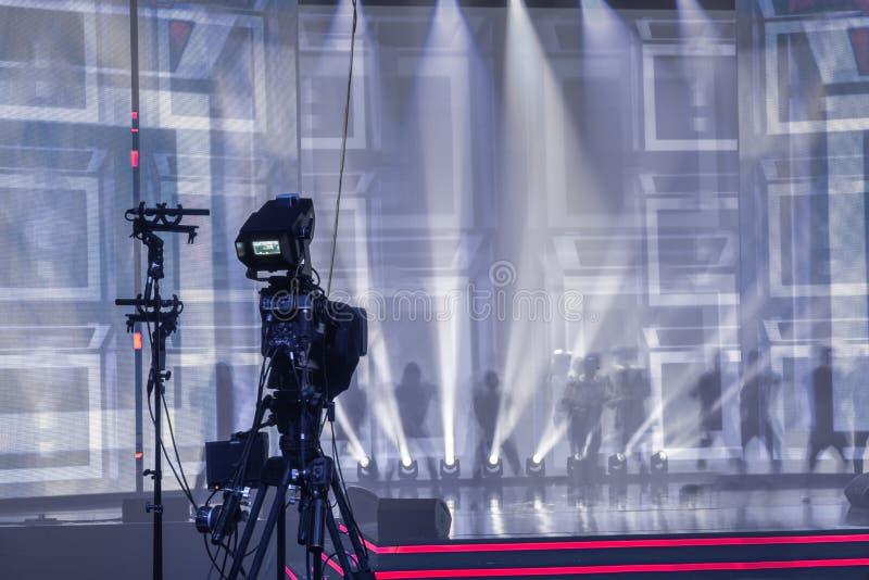 Caméra vidéo numérique professionnelle, caméra de télévision dans une salle de concert photos libres de droits