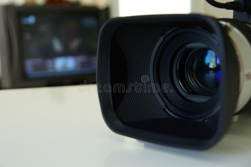 Caméra vidéo professionnelle avec un moniteur de TV image libre de droits