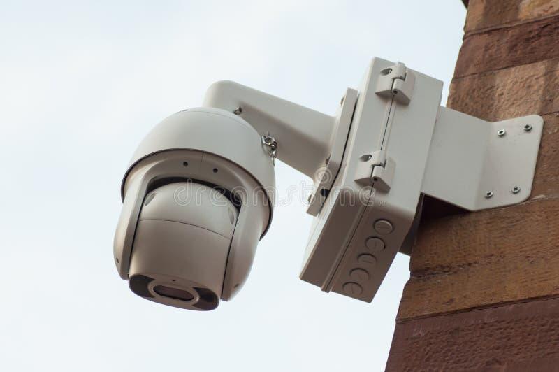 caméras de sécurité blanches de sécurité sur le mur lapidé photos stock