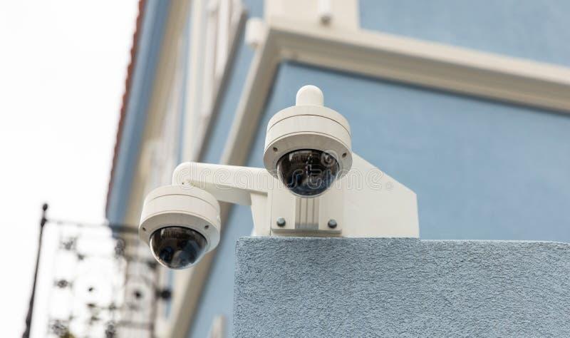 Caméras de sécurité de télévision en circuit fermé de surveillance sur le toit, vue de plan rapproché images stock