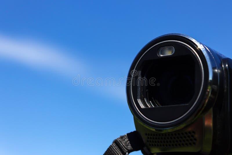 Caméscope de lentille sur le fond de ciel bleu photos libres de droits