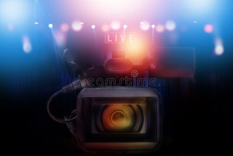 Caméscope professionnel avec l'ensemble de lumière photographie stock libre de droits