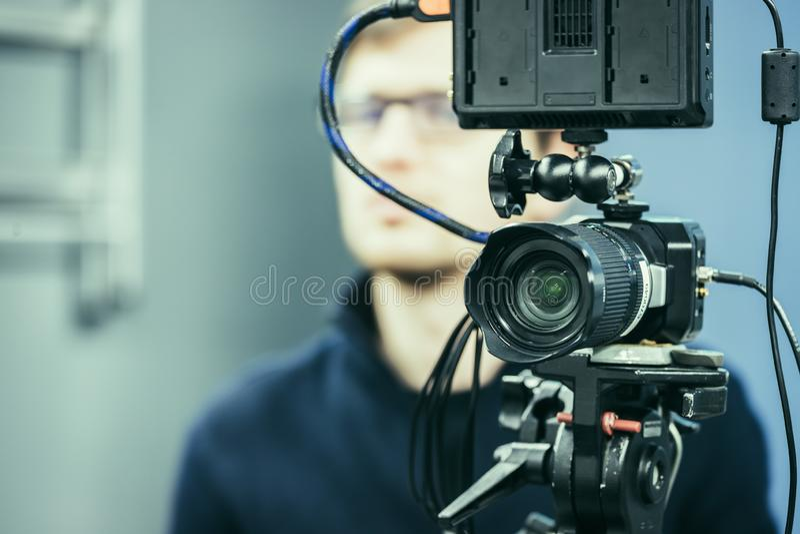 Cam?ra professionnelle de film sur un tr?pied dans le studio de radiodiffusion image stock