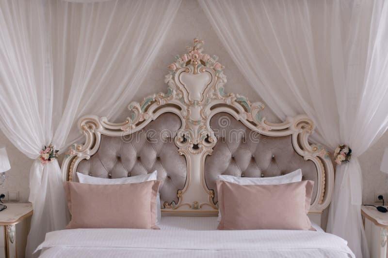 Cama bonita grande com os descansos no close-up do quarto foto de stock royalty free