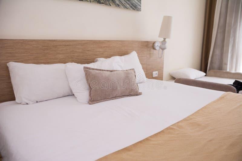 Cama branca confortável grande interior do badroom Foco selecionado fotografia de stock