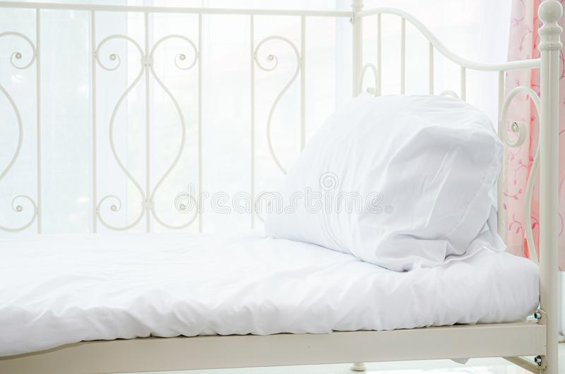Cama branca imagens de stock royalty free