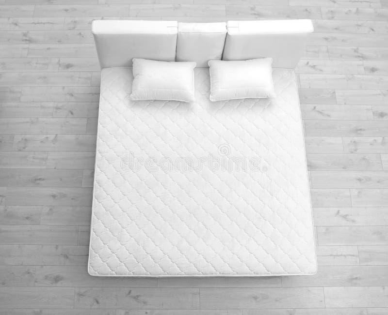 Cama cómoda con el nuevo colchón en sitio, sobre la visión fotografía de archivo