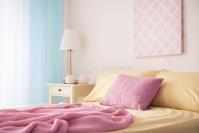 Cama cómoda con las almohadas suaves fotografía de archivo libre de regalías