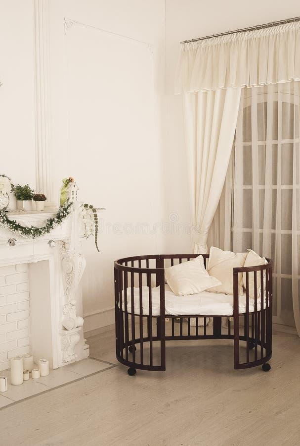 Cama cara elegante para o bebê recém-nascido Decorações luxuosas dos apartamentos imagem de stock