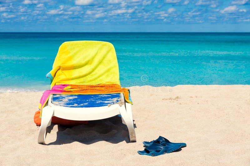 Cama coberta com as toalhas em uma praia cubana fotos de stock