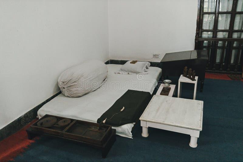 cama-colchón en el asceta del ermitaño del sitio Condiciones de vida pobres pobreza imagen de archivo