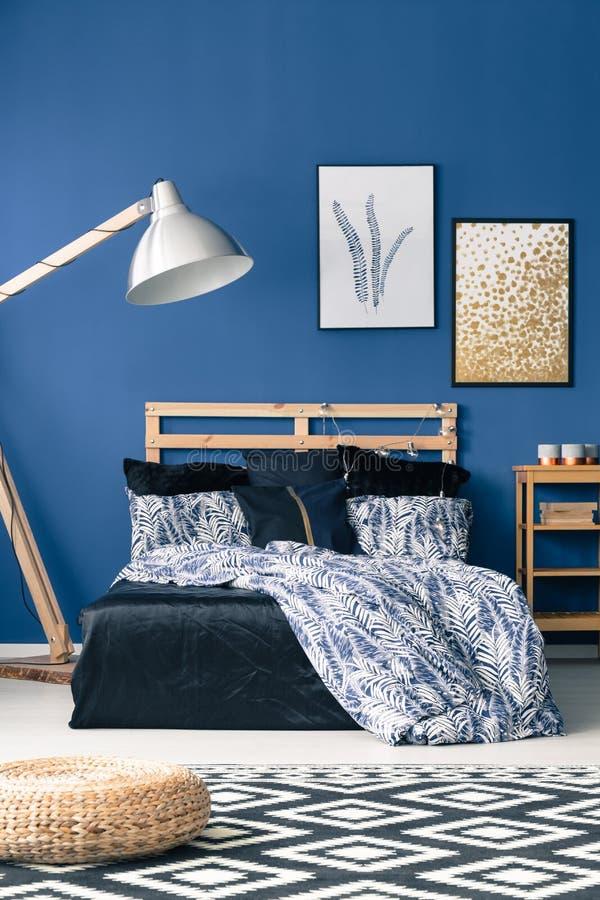 Cama com bedhead de madeira imagens de stock
