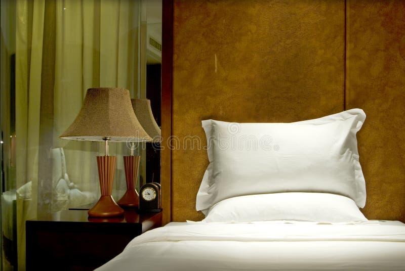 A cama com lâmpada de leitura fotografia de stock royalty free
