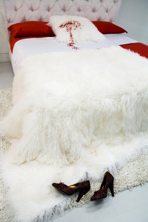 Cama com um coverlet branco foto de stock royalty free