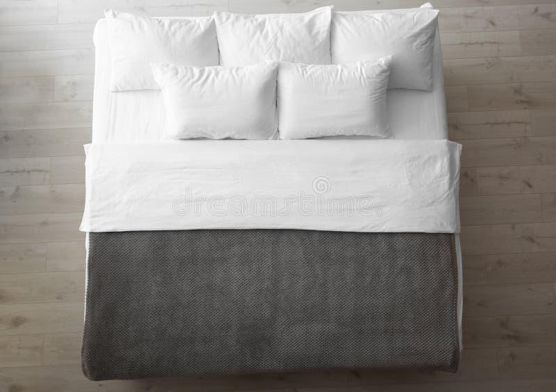 Cama confortável com descansos macios dentro fotografia de stock royalty free