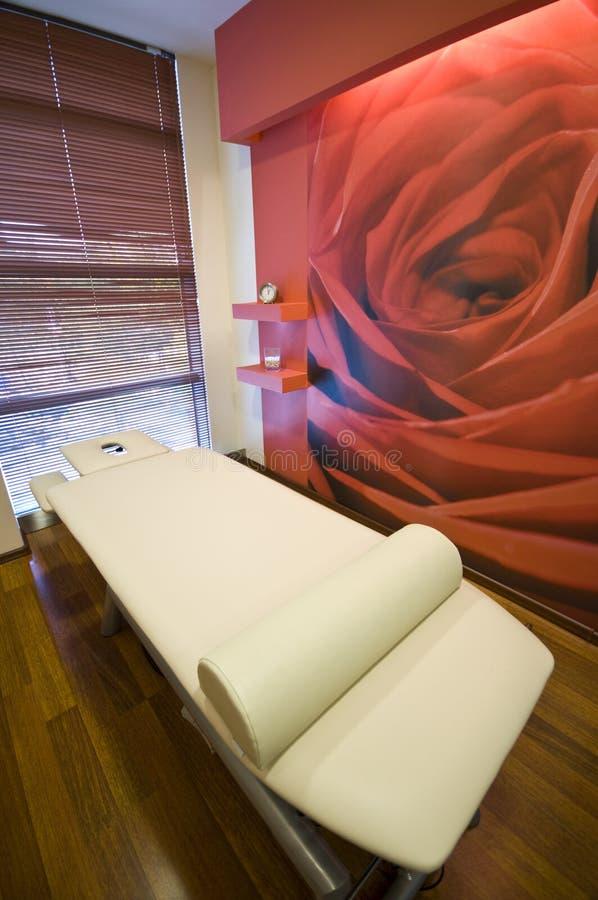 Cama da massagem imagens de stock royalty free
