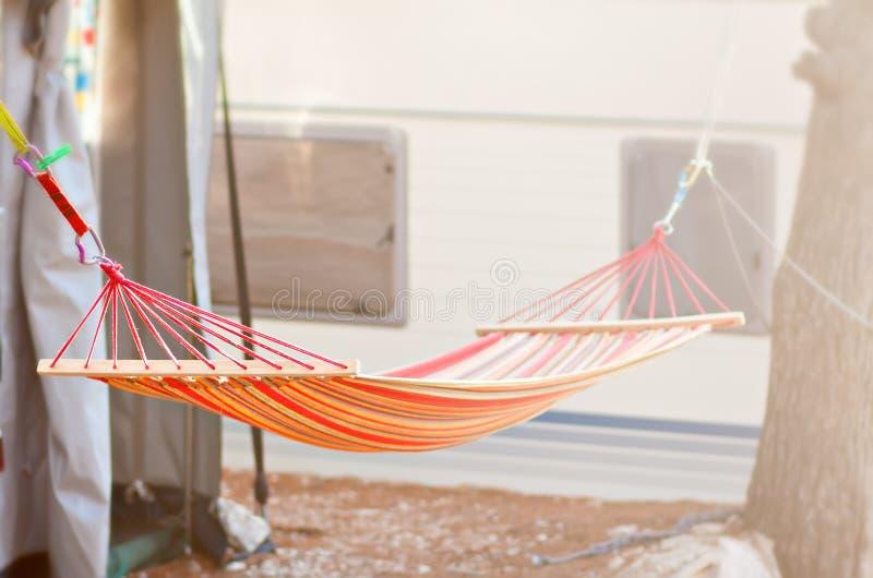 Cama de acampamento do balanço que pendura entre árvores fotos de stock royalty free