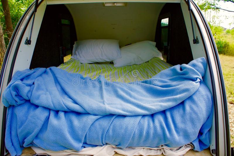 Cama de acampamento em um reboque da gota do rasgo fotos de stock royalty free
