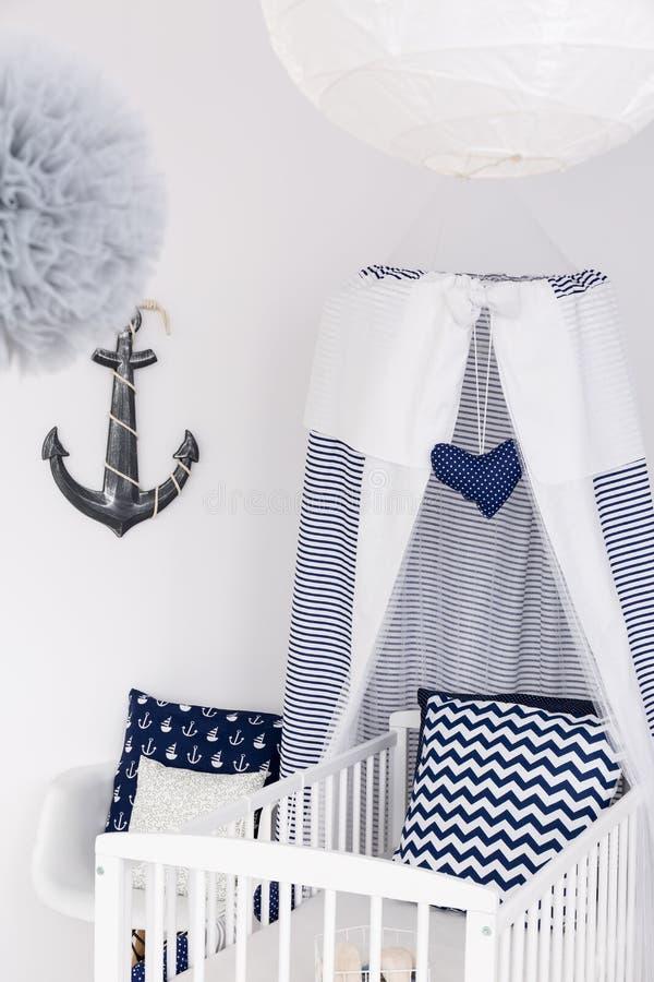 Cama de bebê náutica com dossel imagens de stock