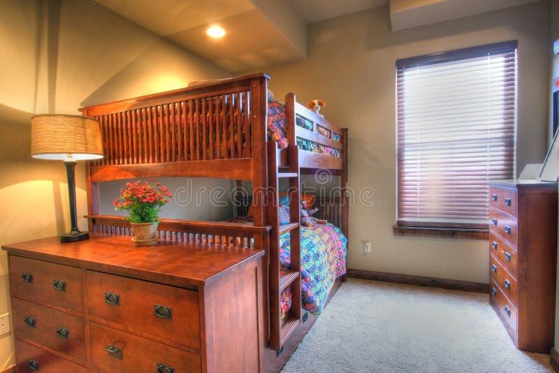 Cama de beliche do quarto dos miúdos fotografia de stock royalty free