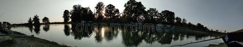 Cama de cala del río del cielo azul imágenes de archivo libres de regalías