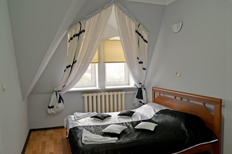 Cama de casal com uma tampa preto e branco na sala de hotel fotos de stock royalty free