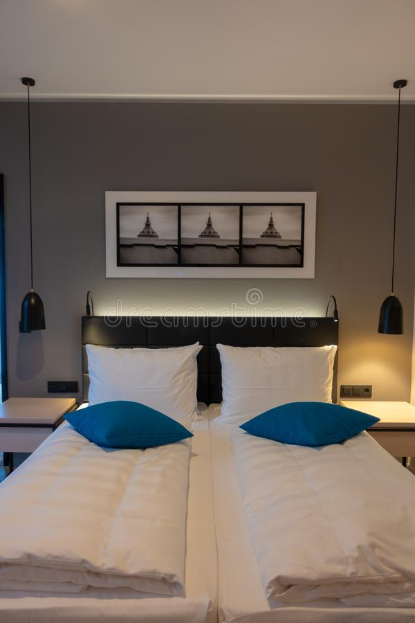 Cama de casal em uma sala de hotel luxuoso imagem de stock royalty free